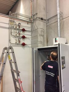 Gasflessenkast met reduceerpaneel en leidingsysteem voor 3 gassen